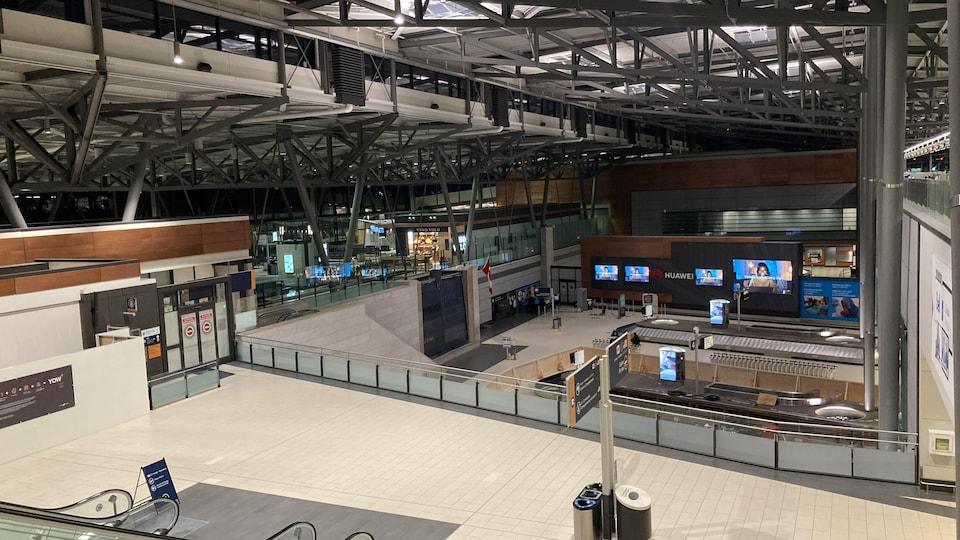 L'intérieur de l'aéroport d'Ottawa, vide.