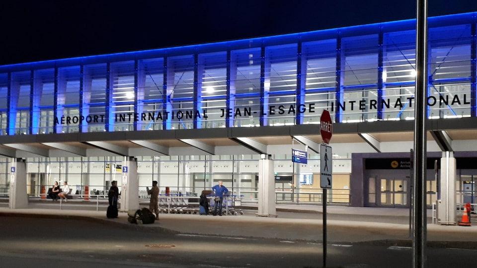 L'entrée de l'aéroport international Jean-Lesage de Québec, le soir.