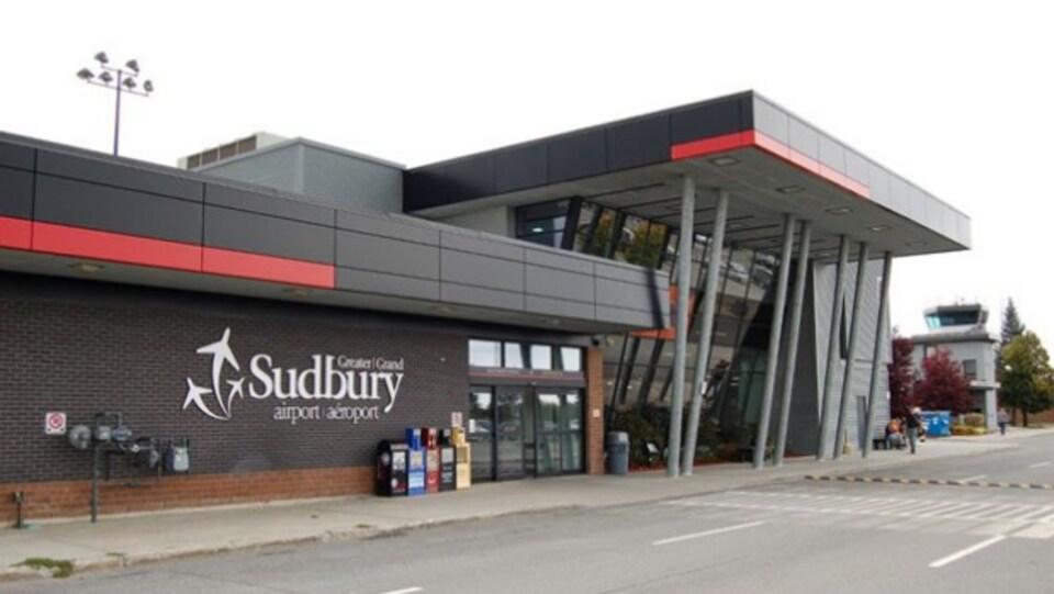 La façade de l'aéroport du Grand Sudbury