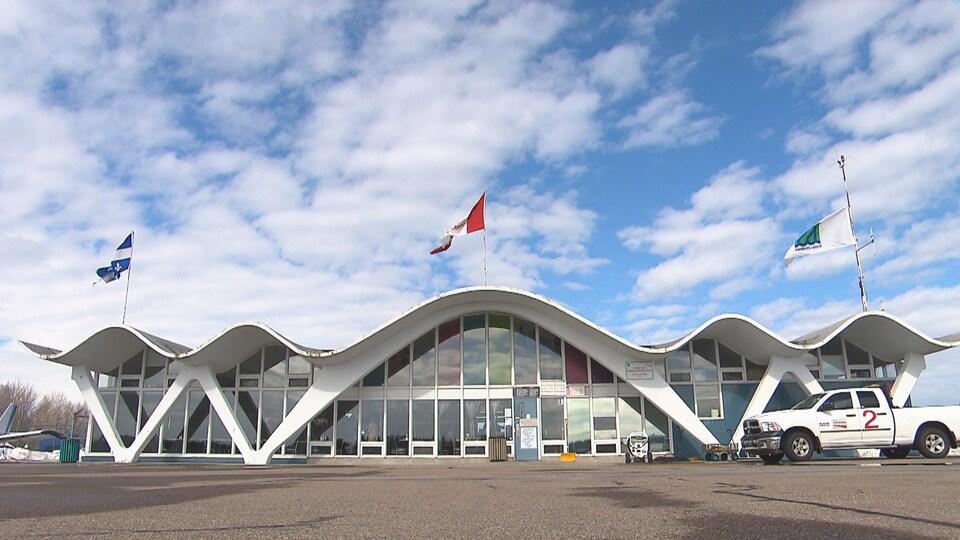 Façade de l'aérogare de l'aéroport de Trois-Rivières.
