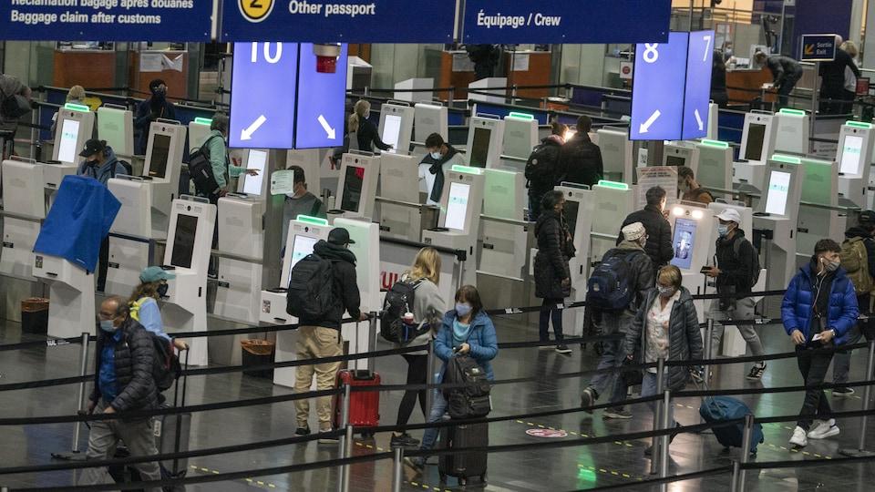 L'accueil aux douanes canadiennes à l'aéroport international Trudeau à Montréal.