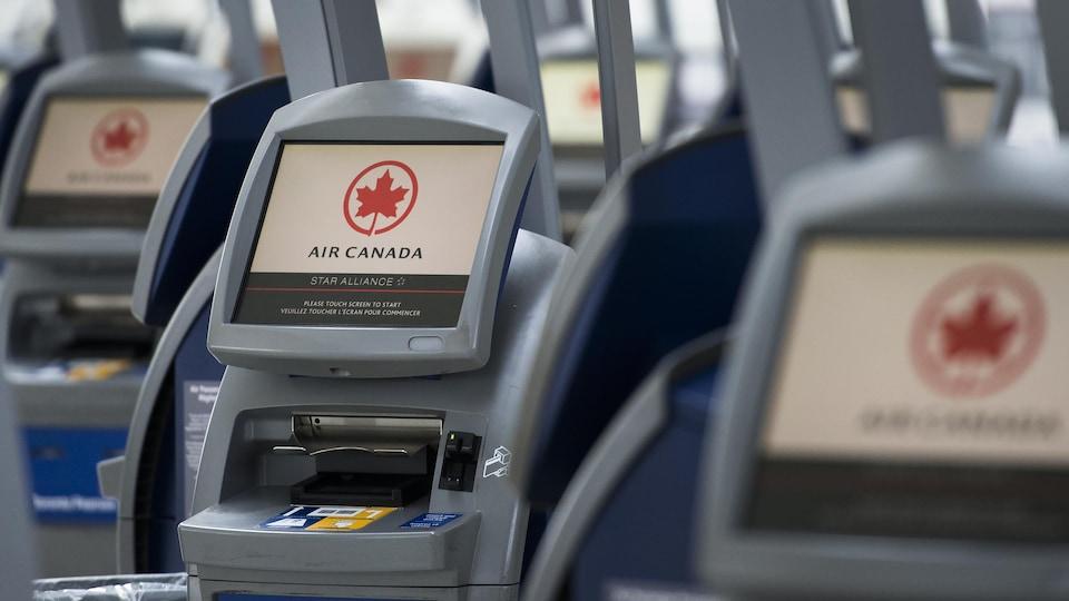 Des bornes d'enregistrement d'Air Canada.