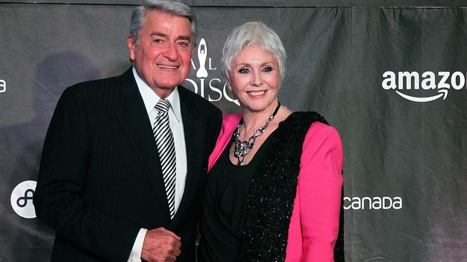 Michel Louvain et Renée Martel sourient à la caméra.