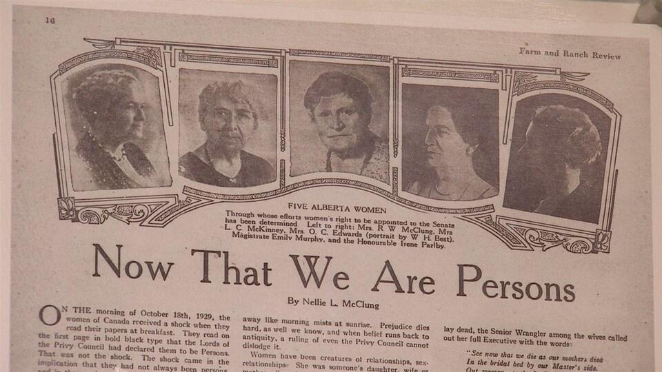 Image des archives d'un vieux journal présentant les cinq pionnières des droits des femmes.