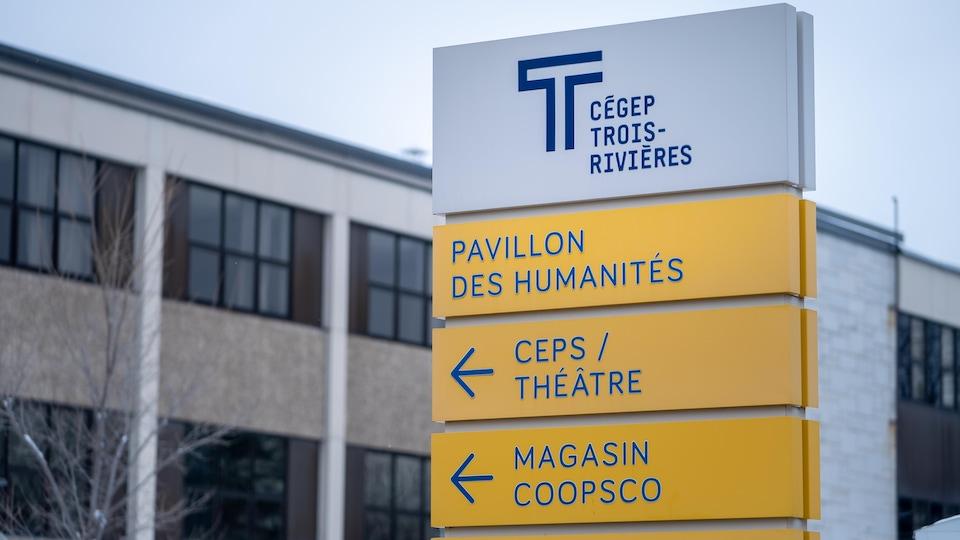 L'affiche indiquant où se trouve le pavillon des humanités et le magasin COOPSCO du Cégep de Trois-Rivières.