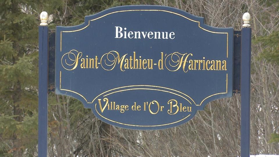 Affiche à l'entrée du village de St-Mathieu-d'Harricana, ayant pour slogan «Village de l'Or bleu».