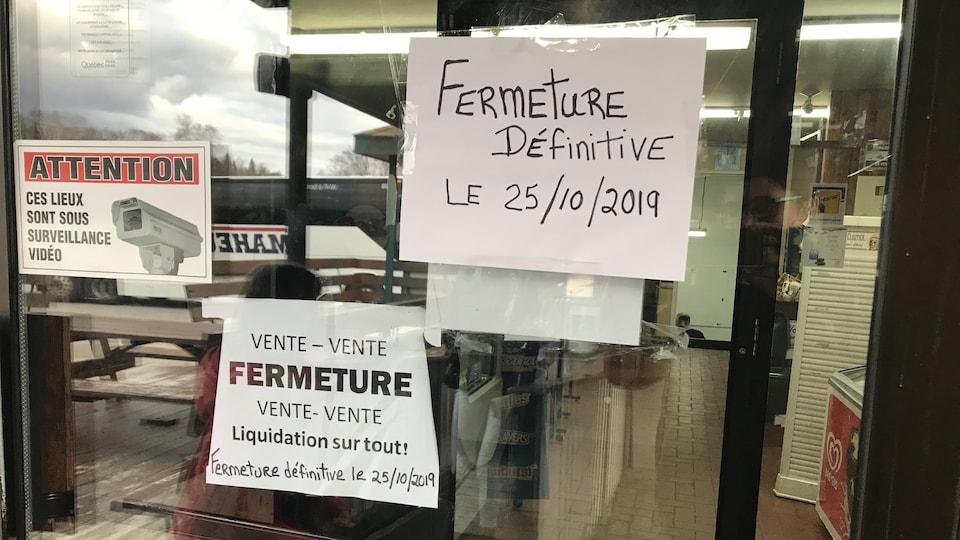 Une affiche indique «Fermeture définitive le 25 octobre 2019». Une autre indique «Vente de fermeture».