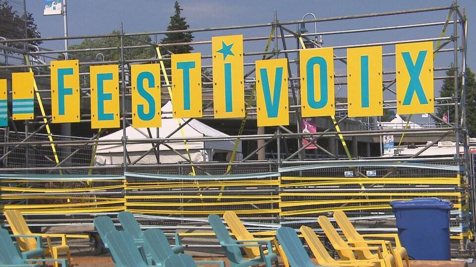 Les lettres formant le mot Festivoix.