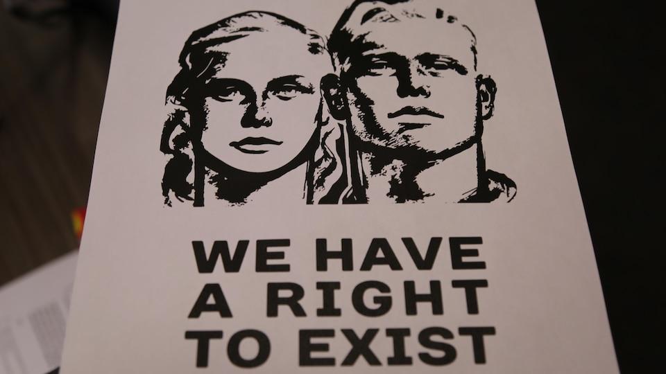 L'une des affiches montre un couple blanc et comporte le message « Nous avons le droit d'exister ».