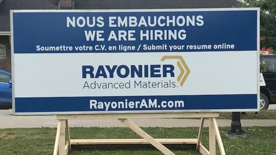 Une affiche de la compagnie Rayonier Advanced Materials pour le recrutement de travailleurs.