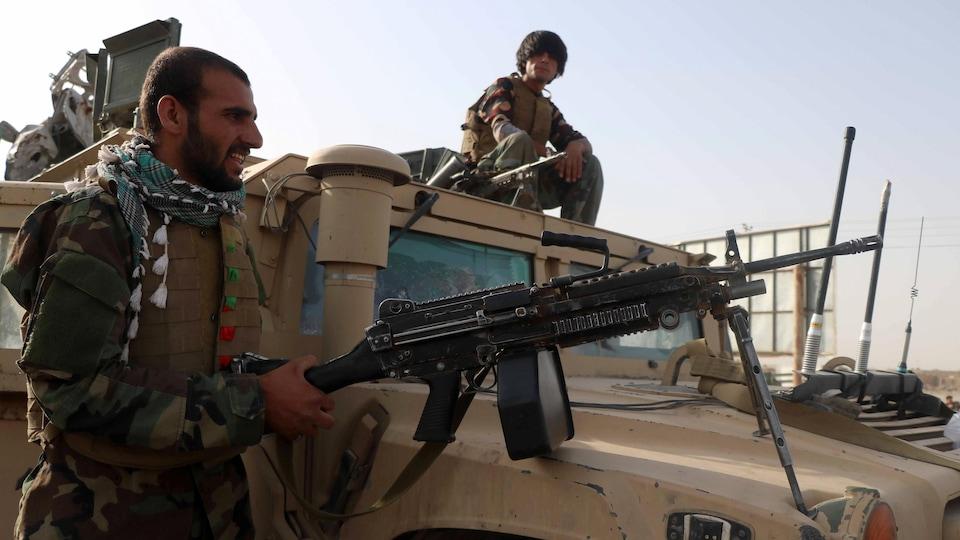 Des soldats sur un véhicule