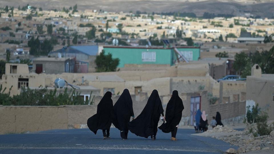 Des femmes marchent.