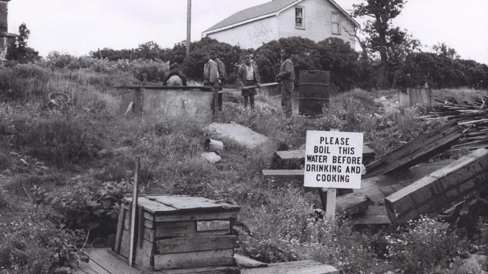 Enfants près d'un puits à Africville vers 1965.