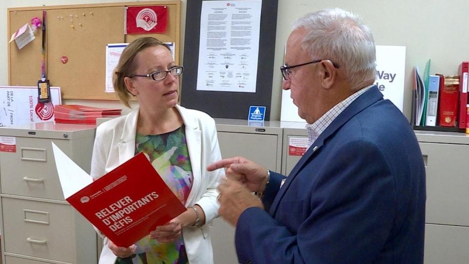 Agata Michalska et Denis Vaillancourt discutent dans un bureau.