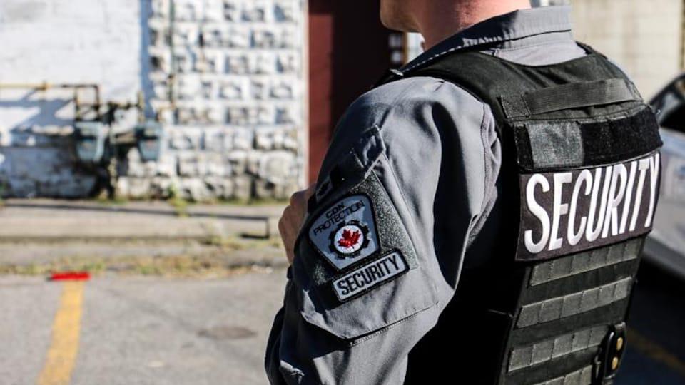 Un agent de sécurité de CDN Protection à l'extérieur.