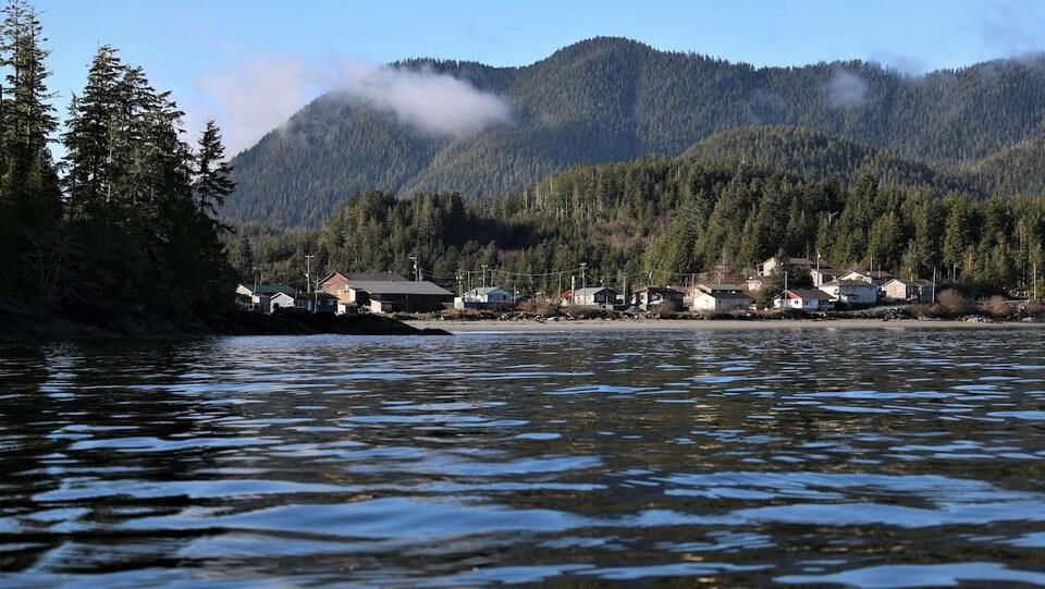 Photo d'Ahousaht, sur l'île Flores, l'une des plus grandes communautés côtières autochtones de la Colombie-Britannique.