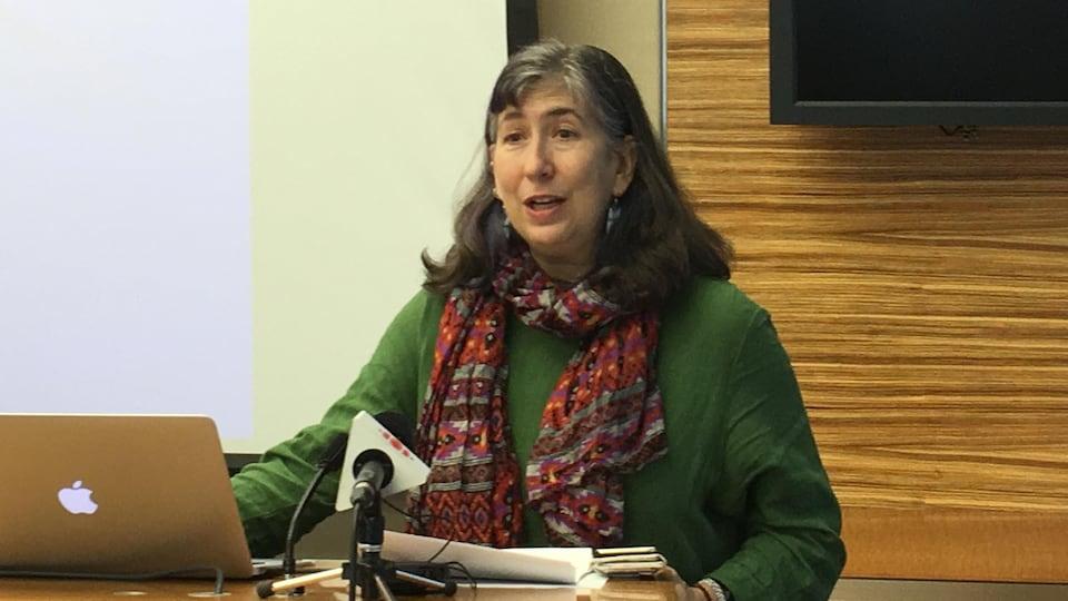 On voit coprésidente du Centre canadien pour la justice internationale, Sharry Aiken, en train de s'adresser à la presse lors d'une conférence sur les Rohingyas