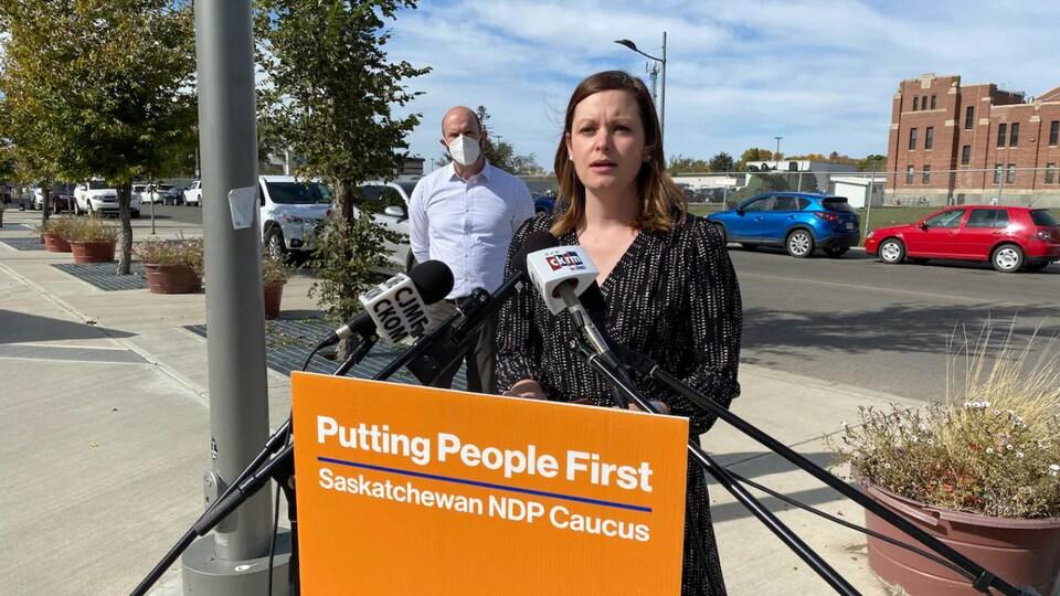 La porte-parole du Nouveau Parti démocratique de la Saskatchewan en matière de santé, Vicki Mowat.