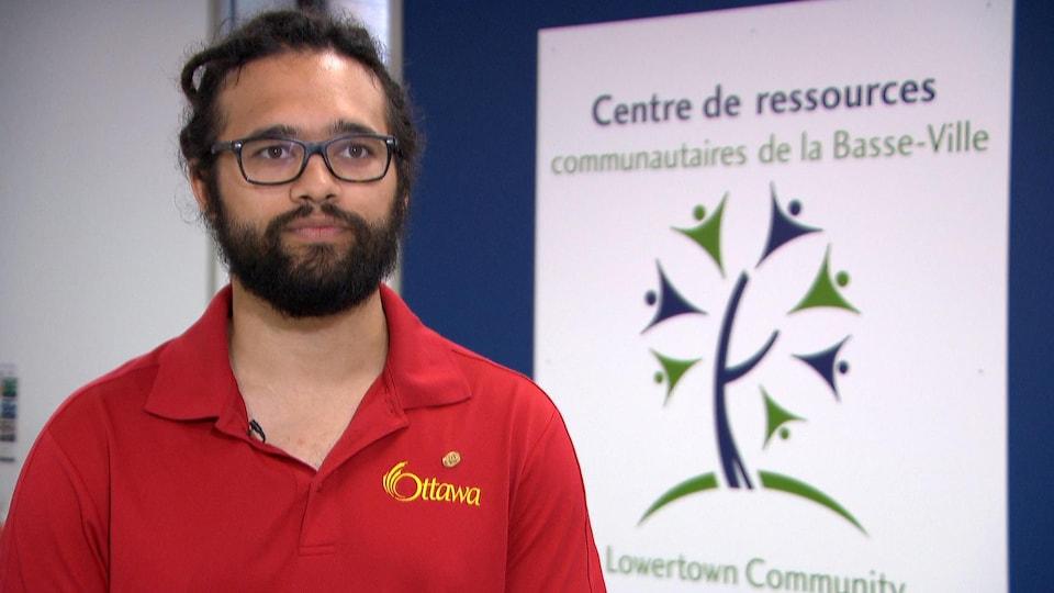 Aiden Gibson répond aux questions d'un journaliste au Centre de ressources communautaires de la Basse-Ville d'Ottawa.