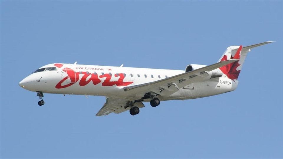 Un avion Air Canada Jazz dans le ciel.
