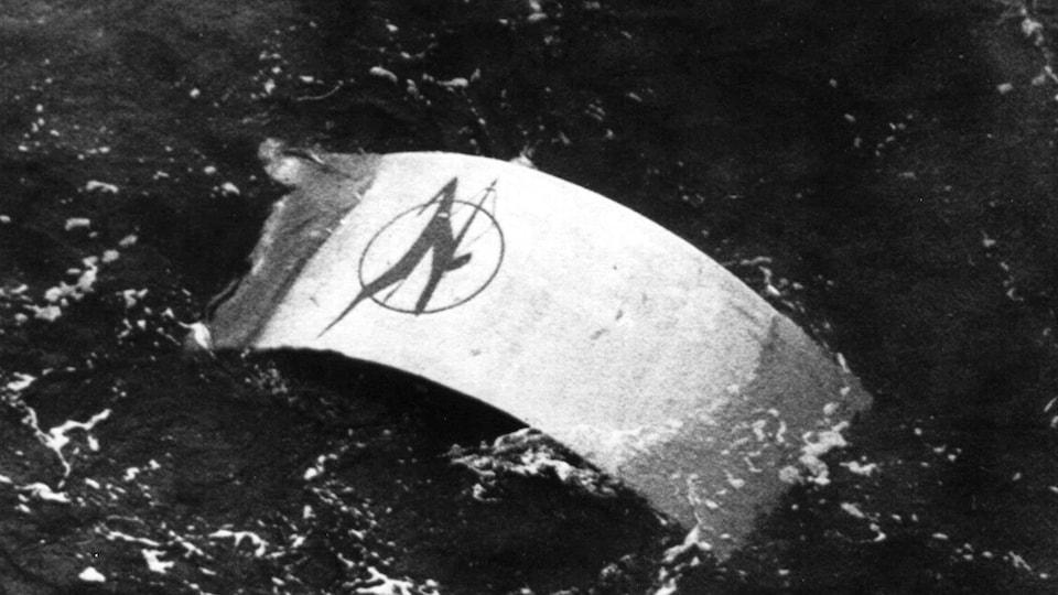 Cette photo d'archives montre une porte de l'avion d'Air India qui flotte au large des côtes irlandaises après l'explosion d'une bombe qui a provoqué l'écrasement de l'appareil.