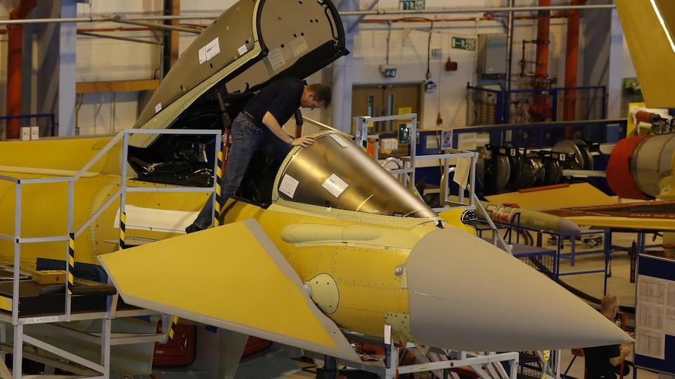 Un employé d'Airbus travaille dans la cabine de pilotage d'un avion de chasse Eurofighter Typhoon.