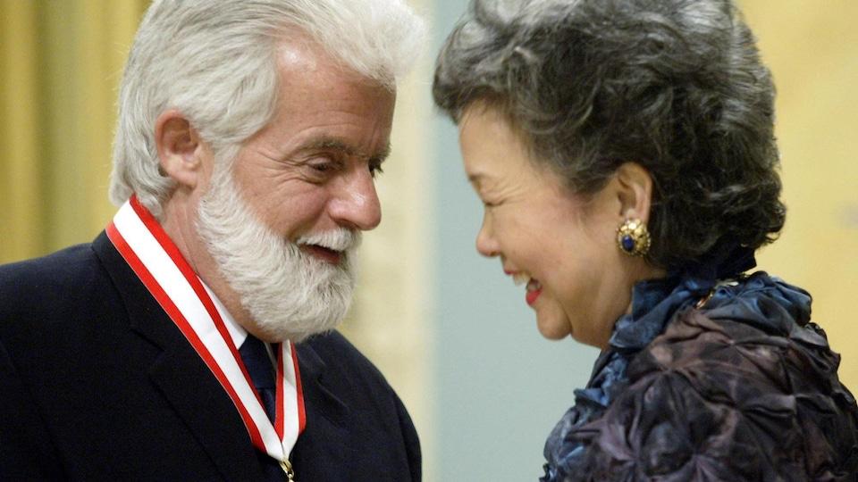M. Mosher recevant sa médaille de l'Ordre du Canada des mains de l'ancienne gouverneure générale Adrienne Clarkson.