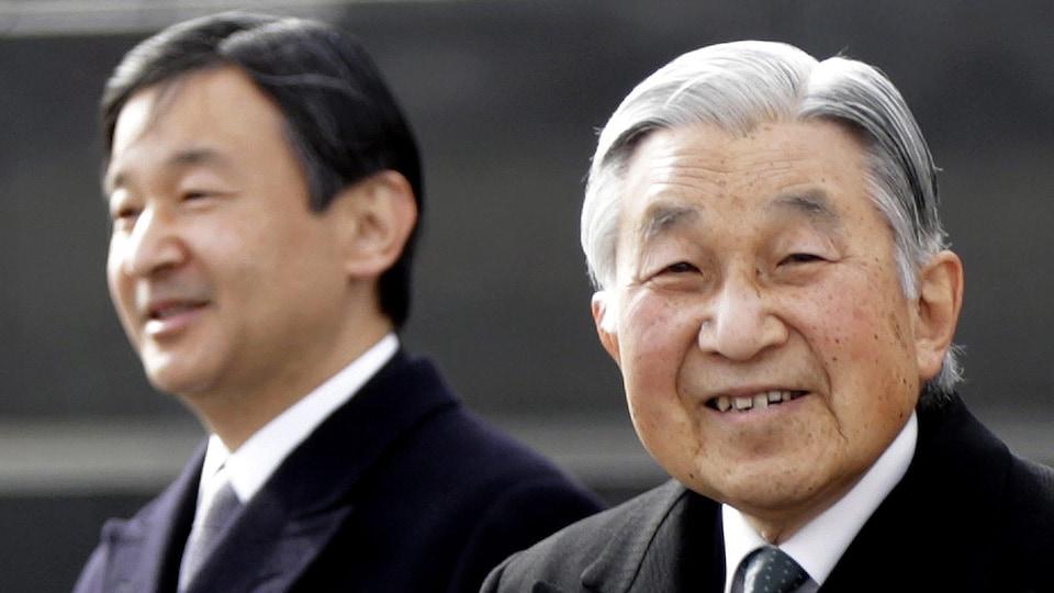 Le prince Naruhito se tient derrière son père, l'empereur Akihito.