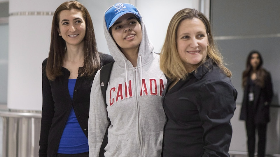 La demandeuse d'asile saoudienne Rahaf Mohammed en compagnie de la ministre des Affaires étrangères Chrystia Freeland.