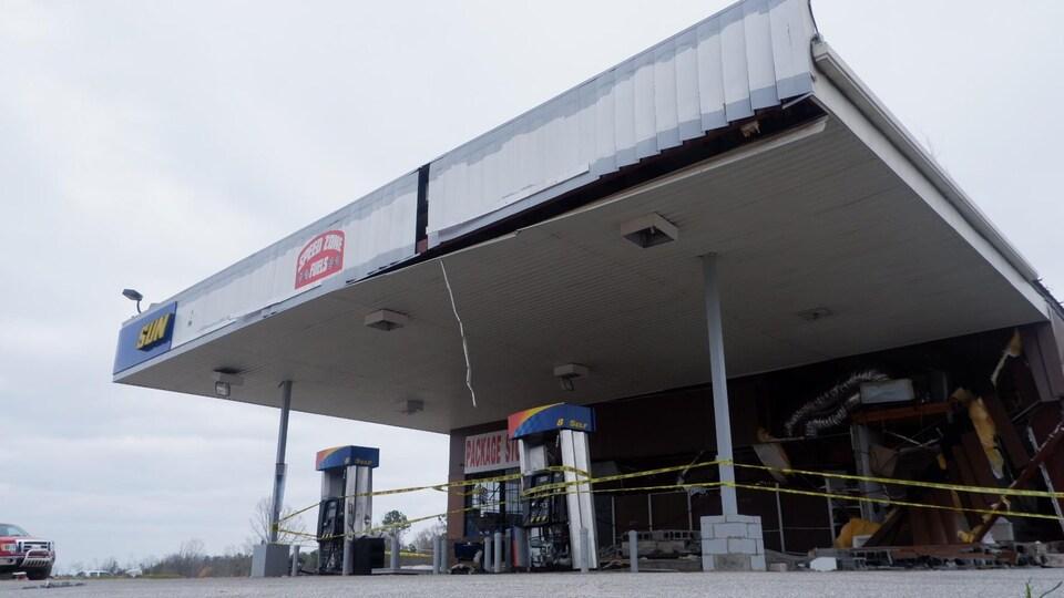 Vestiges d'une station d'essence après le passage d'une tornade à Smithes Station Alabama.