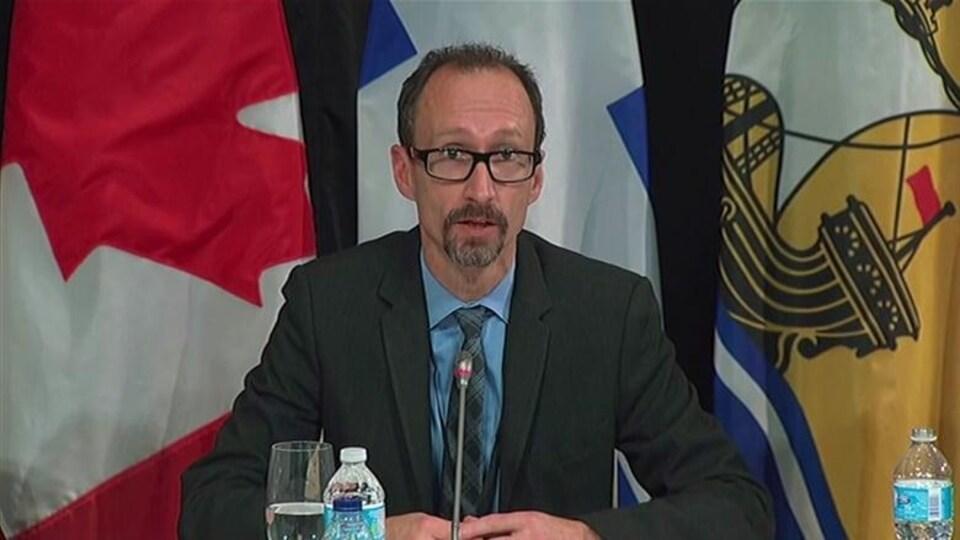 Alain Bourque en conférence de presse.