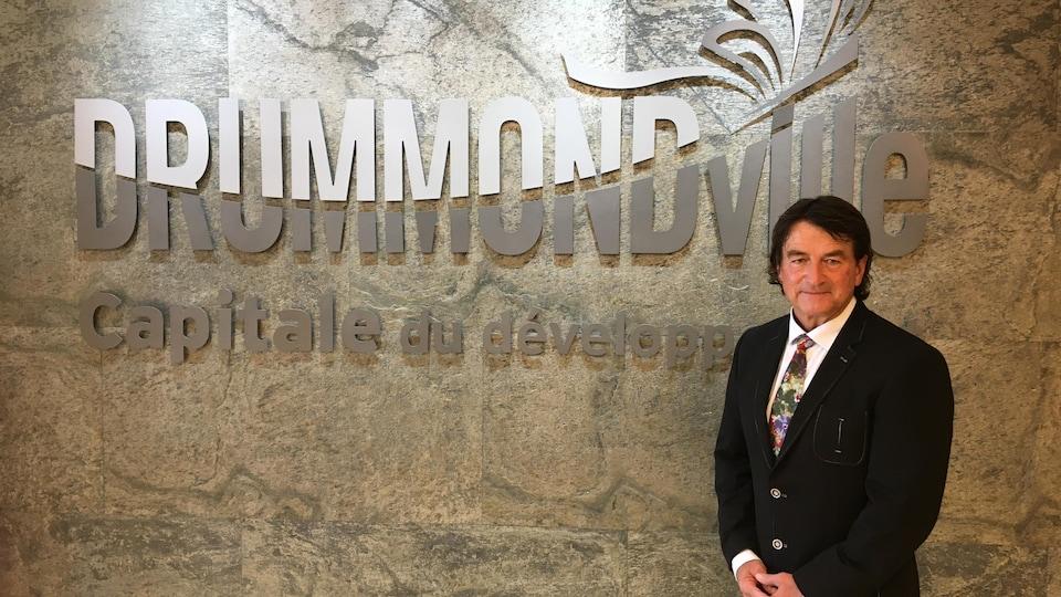 Alain Carrier devant la mention Drummondville : capitale du développement.