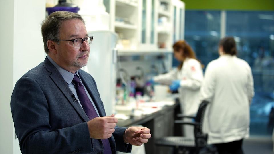 Alain Moreau en entrevue dans un laboratoire.