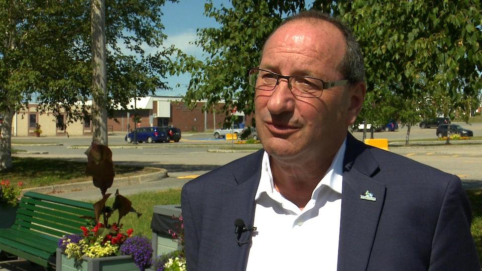 Alain Poirier accorde une entrevue à la caméra.
