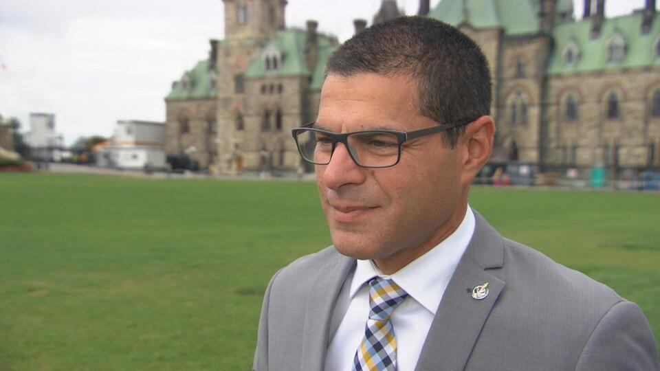 Alain Rayes en entrevue à Radio-Canada devant l'édifice du Centre du Parlement, à Ottawa.