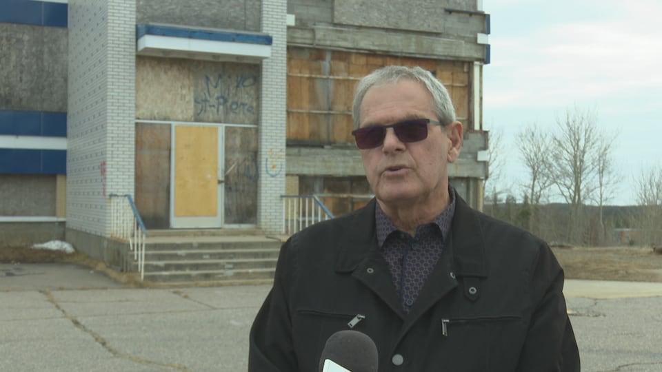 Alain Thibault devant le bureau bleu.