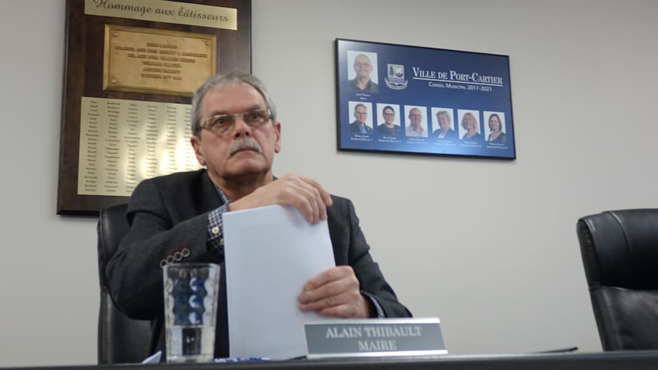 Le maire de Port-Cartier, Alain Thibault dépose une feuille sur son bureau