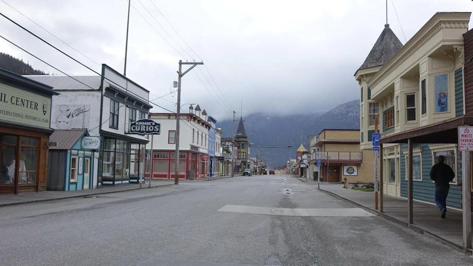 Une rue vide bordée d'édifices historiques.