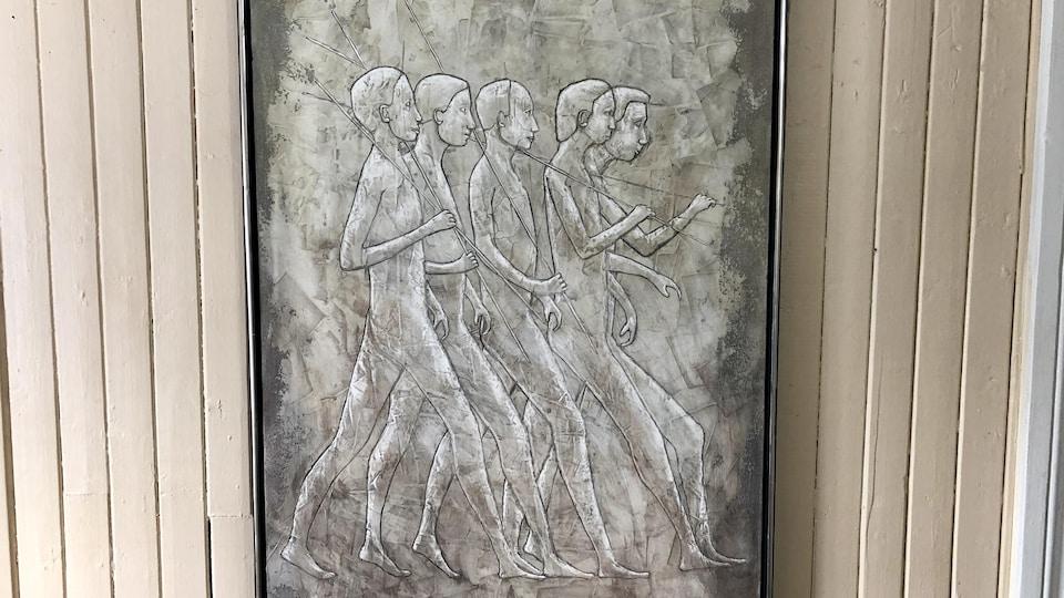 Un tableau où des hommes tenant une tige marchent en rang.