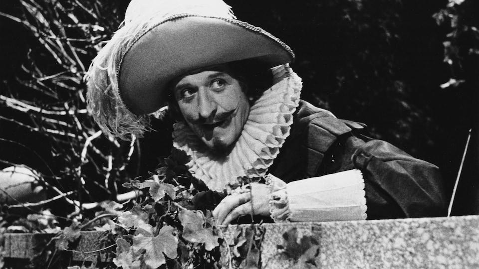 Albert Millaire dans la peau de Cyrano de Bergerac.