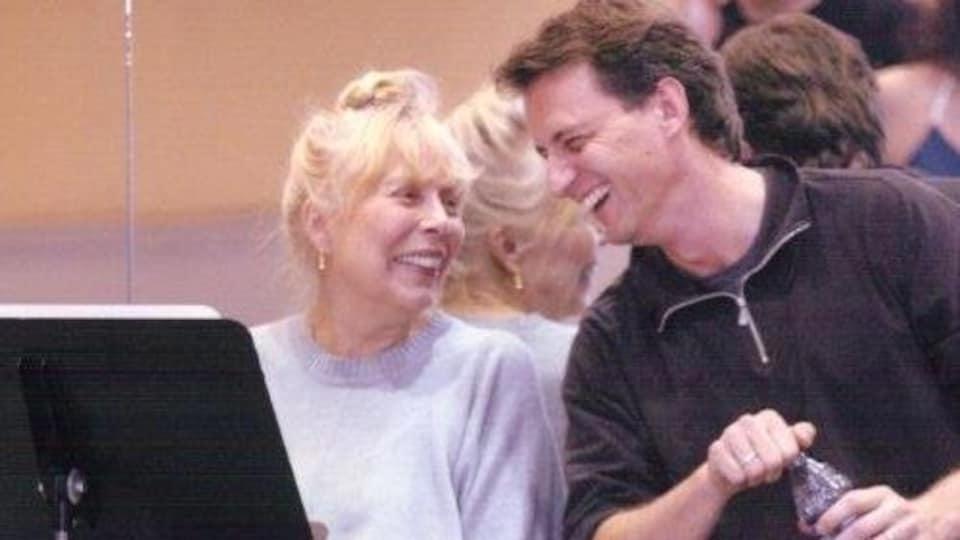Joni Mitchell et Jean Grand-Maître rigolent ensemble.
