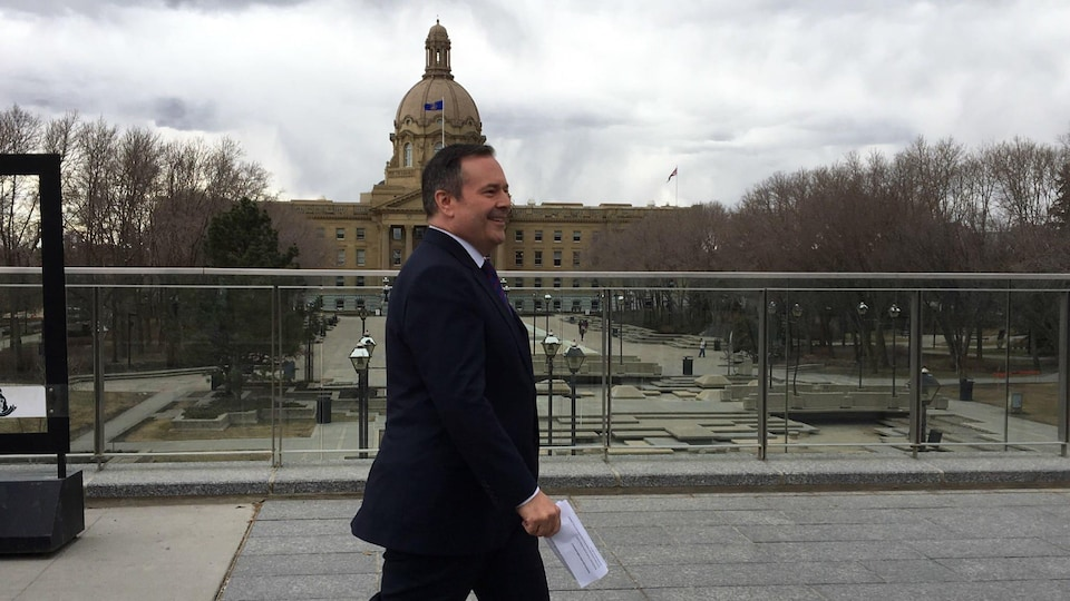 Le premier ministre désigné de l'Alberta Jason Kenney marche à l'extérieur de l'assemblée provinciale à Edmonton.
