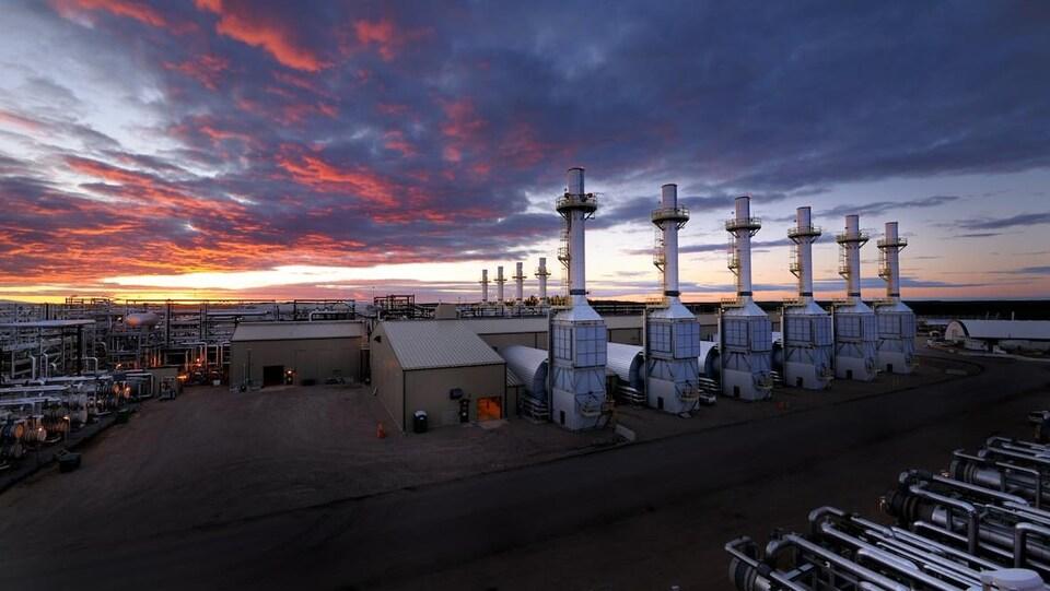 Les exploitations de sables bitumineux de Foster Creek avec des puits des hangars