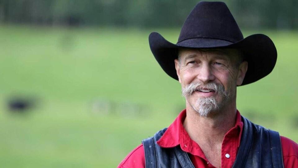 Shane Juuti portant un chapeau de cow-boy, vu de face.