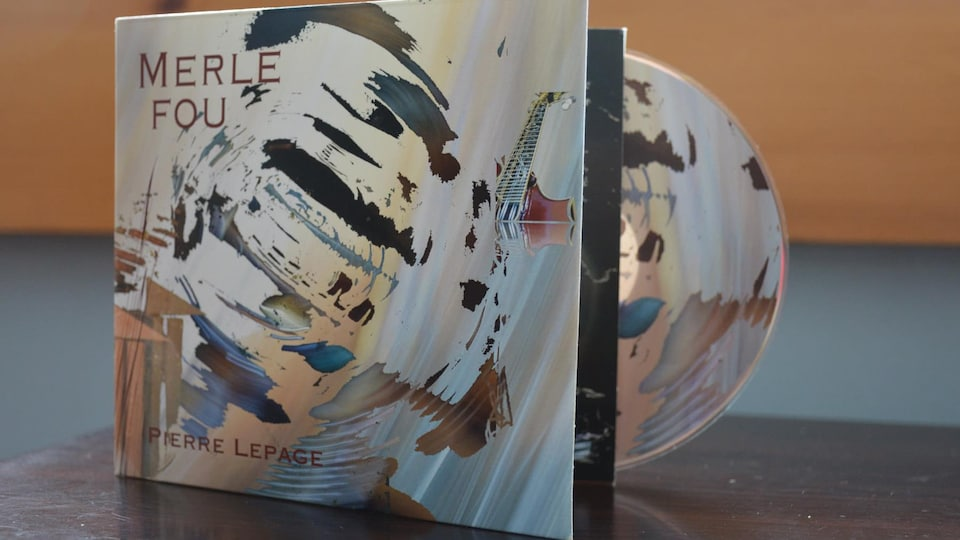 Une pochette d'album est déposé sur une table.