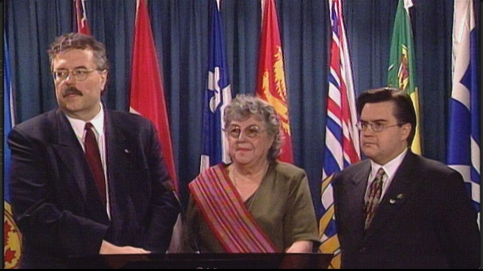 De g. à d. : le député Reg Alcock, la sénatrice Thelma Chalifoux et le député Denis Coderre