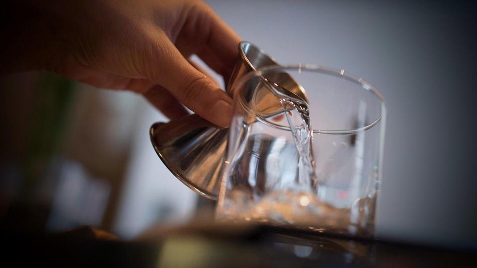 De l'alcool est versé dans un verre.