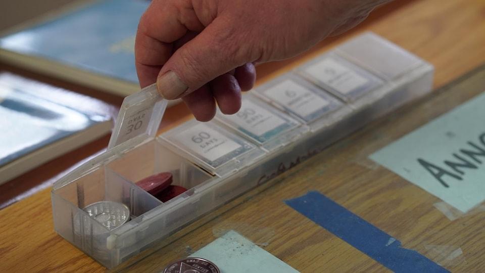 Une boîte en plastique avec des jetons pour différentes périodes.