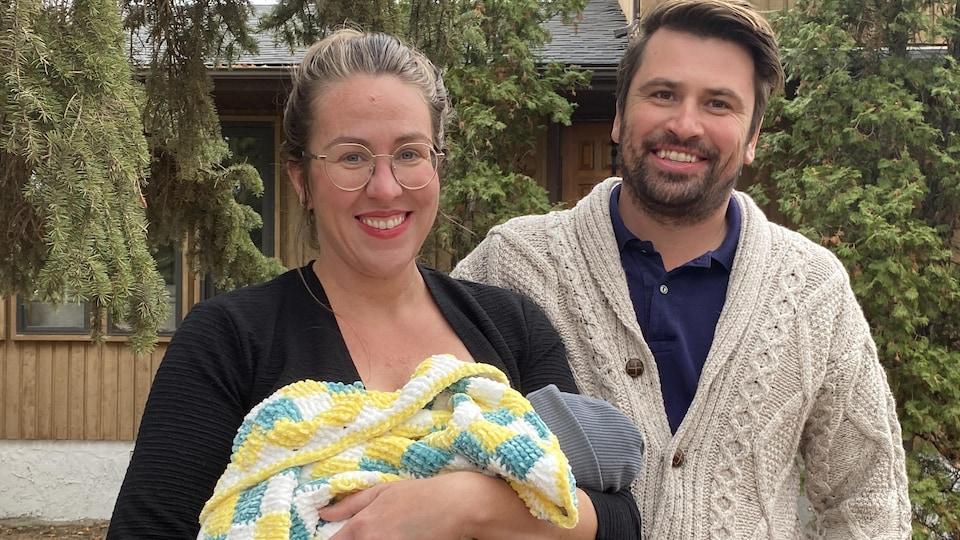 Aleana Young pose avec son mari et son bébé.
