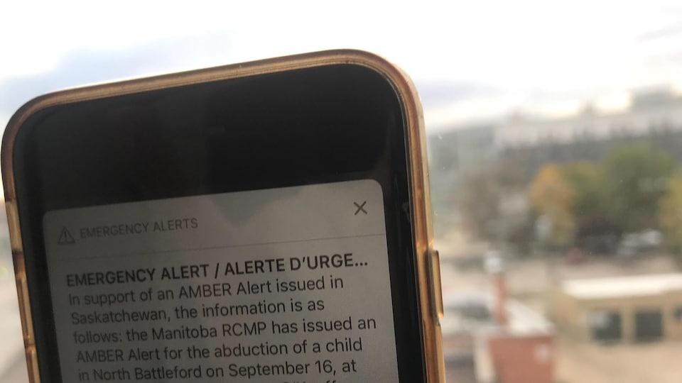 Une alerte d'urgence sur un téléphone.